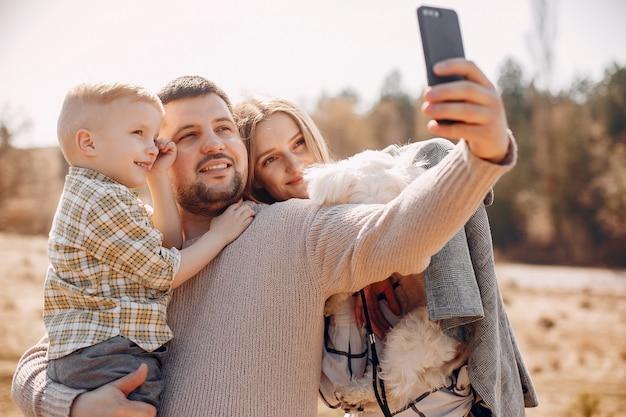 Famiglia sveglia che gioca in un parco Foto Gratuite