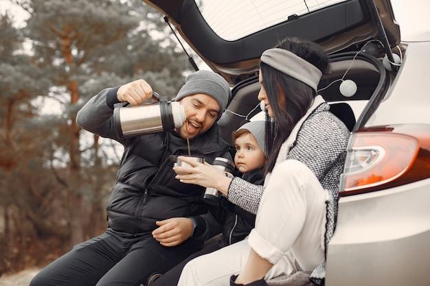 Famiglia sveglia che gioca in una foresta di primavera Foto Gratuite