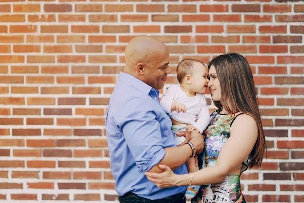 Famiglia vicino alla parete scaricare foto gratis for Famiglia parete