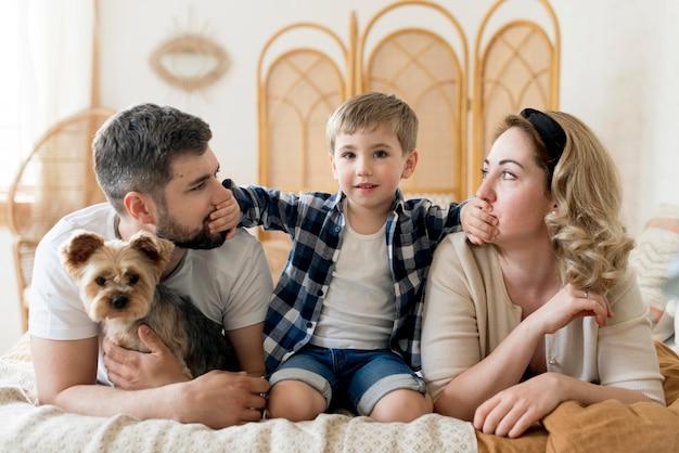 Famiglia vista frontale e il loro cane Foto Gratuite