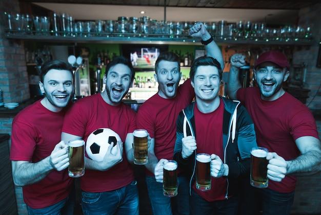 Fan di calcio che celebrano e bevono birra. Foto Premium