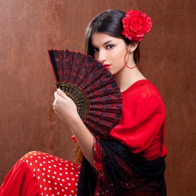 Fan spagnolo zingaresco della rosa rossa della donna del ballerino di flamenco Foto Premium