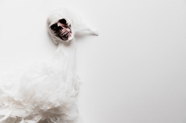 Fantasma terrificante di disposizione piana su fondo bianco Foto Gratuite