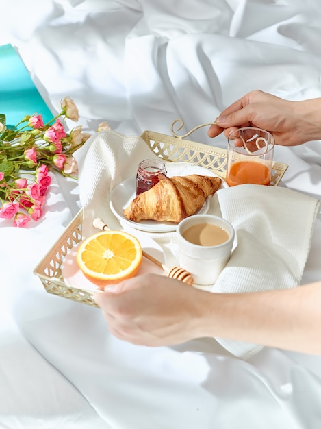 Fare colazione a letto Foto Gratuite