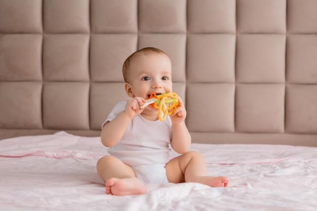 Fare da baby-sitter con un giocattolo in camera da letto sul letto Foto Premium