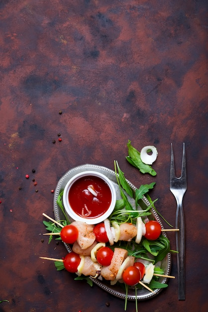 Fare kebab da pollo Foto Premium