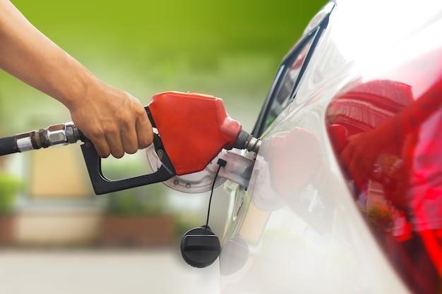 Fare rifornimento di carburante con benzina, rifornimento di carburante alla stazione di rifornimento Foto Premium