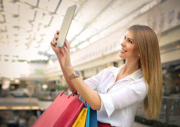 Fare un selfie nel centro commerciale Foto Premium