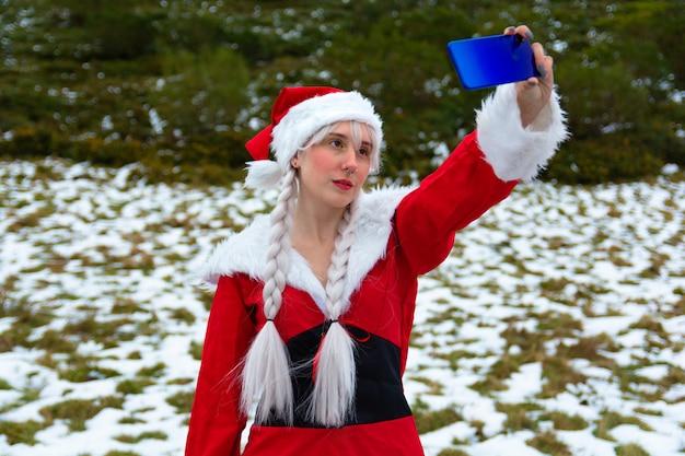 Fare un selfie vestito da signora claus a natale Foto Premium