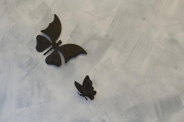 Farfalle di ferro su sfondo di cemento Foto Premium