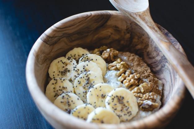 Farina d'avena con banana e noci Foto Gratuite