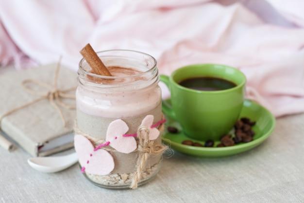Farina d'avena con yogurt ai frutti di bosco e cannella e quaderno vintage Foto Premium