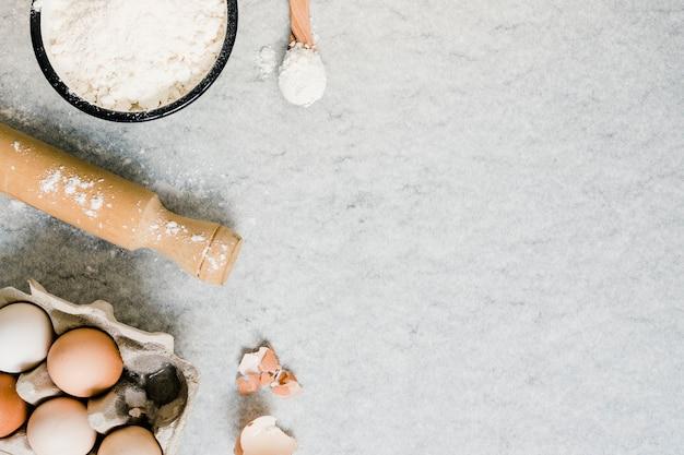 Farina; girandola e uova nel cartone Foto Gratuite
