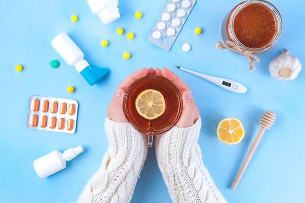 Farmaci, pillole, termometro, medicina tradizionale per il trattamento di raffreddori, influenza, calore. mantenimento dell'immunità. malattie stagionali vista dall'alto. medicina distesi Foto Premium