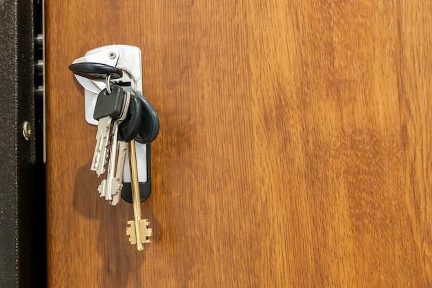 Fascio di chiavi diverse nel foro chiave Foto Premium