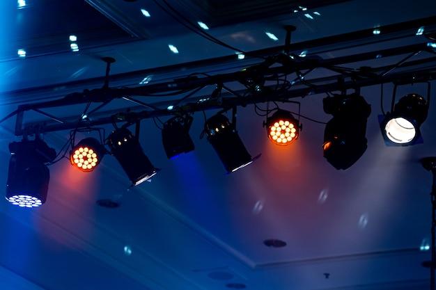 Fascio di luce a sala da feste al coperto, la luce bianca è bella. Foto Premium