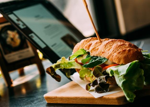 Fast food hamberger con caffè al ristorante Foto Premium