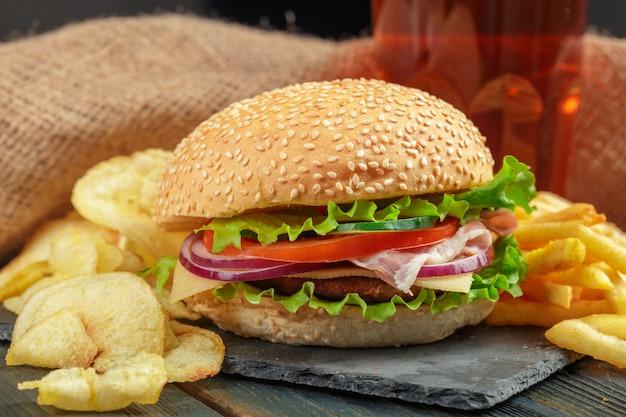 Fast food, hamburger fatti in casa su uno sfondo in legno Foto Premium