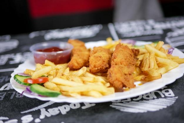 Fast food su un tavolo del ristorante Foto Gratuite