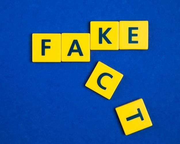 Fatto falso su piastrelle gialle Foto Gratuite