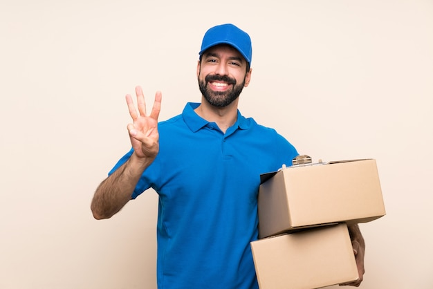 Fattorino con la barba sopra isolato felice e contando tre con le dita Foto Premium