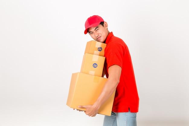 Fattorino felice con scatola. isolato su uno sfondo bianco. Foto Premium