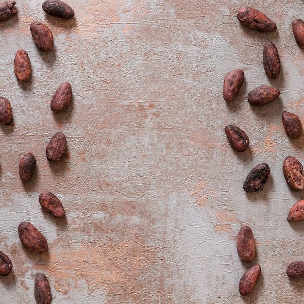Fave di cacao intere su fondo rustico Foto Gratuite