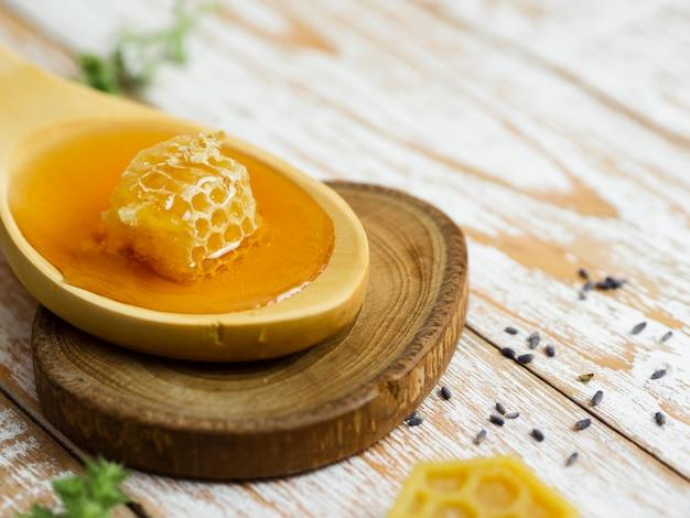 Favo delizioso sul cucchiaio di legno Foto Gratuite