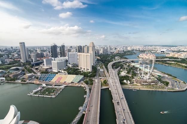 Favolosa vista aerea dall'alto dalla famosa piscina a sfioro sul tetto in una giornata di sole con vista sul porto e sui grattacieli iconici. Foto Gratuite
