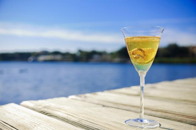 Fedi nuziali all'interno di un bicchiere con champagne simbolo di amore e matrimonio Foto Premium