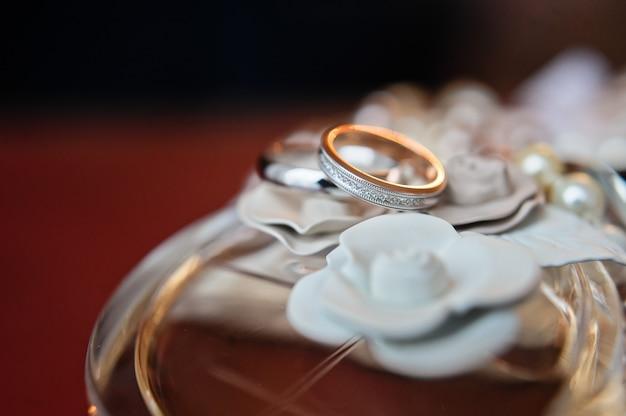 Fedi nuziali di lusso con diamanti su fiori Foto Premium