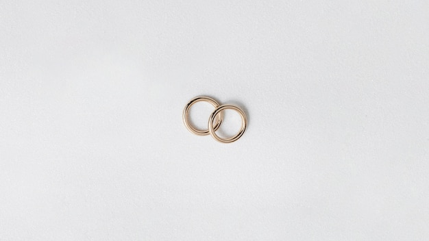 Fedi nuziali dorate isolate su fondo bianco Foto Gratuite