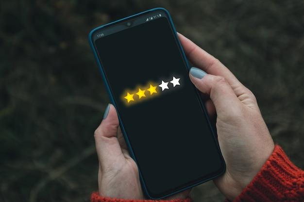Feedback, revisione e aumento della bandiera del concetto di valutazione. l'utente del telefono digitale offre stelle nella sua recensione e feedback. Foto Premium