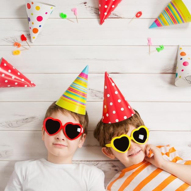 Felice amico bambino in festa di carnevale Foto Premium