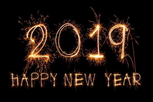 Felice anno nuovo 2019 scritto con i fuochi d'artificio sparkle Foto Premium