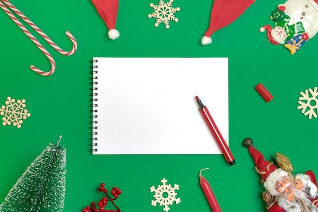 Felice anno nuovo piatto composizione laico, blocco note, posto per il testo decorazioni natalizie, colore verde Foto Premium