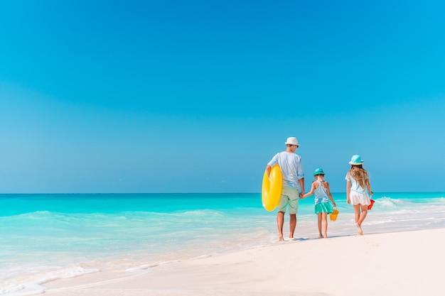 Felice bella famiglia in vacanza spiaggia tropicale Foto Premium