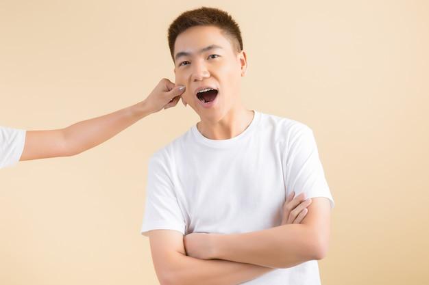 Felice coppia asiatica in studio Foto Gratuite