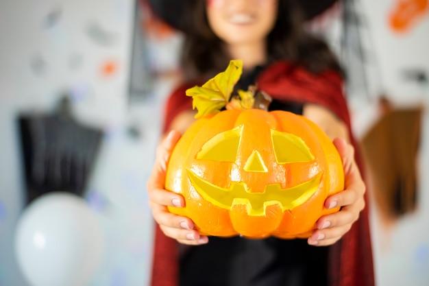 Felice coppia di innamorati in costumi e trucco su una celebrazione di halloween Foto Premium