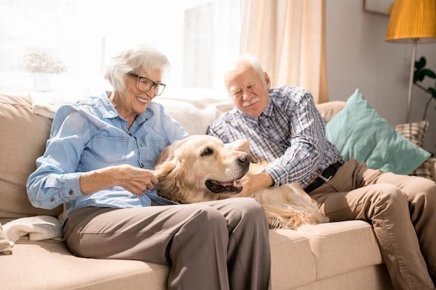 Felice coppia senior a casa Foto Premium