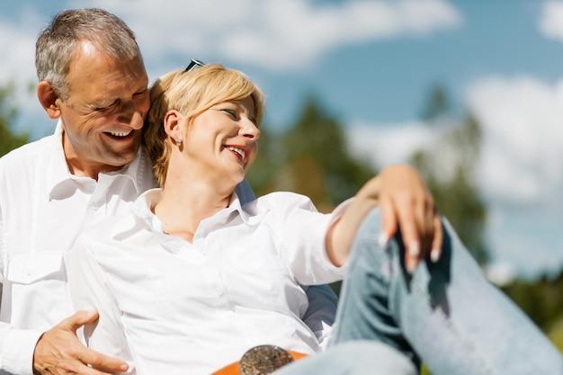 Felice coppia senior all'aperto in primavera Foto Premium