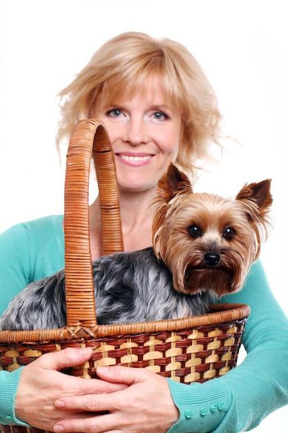 Felice donna di mezza età il suo yorkshire terrier Foto Gratuite