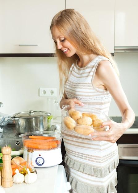 Felice donna incinta cucinare verdure fresche con vapore for Cucinare a vapore
