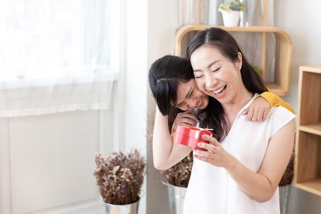 Felice famiglia asiatica concetto di festa della mamma Foto Premium