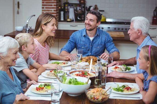 Felice famiglia di diverse generazioni con i nonni Foto Premium