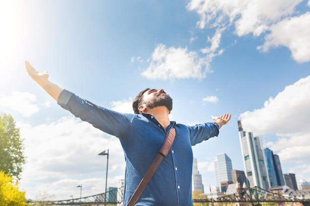 Felice giovane con skyline di francoforte Foto Premium