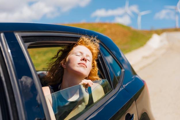 Felice giovane donna godendo il giro Foto Gratuite