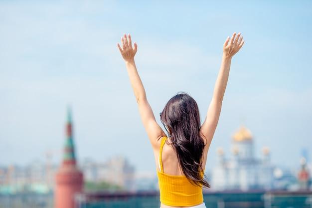 Felice giovane donna urbana in città europea. Foto Premium