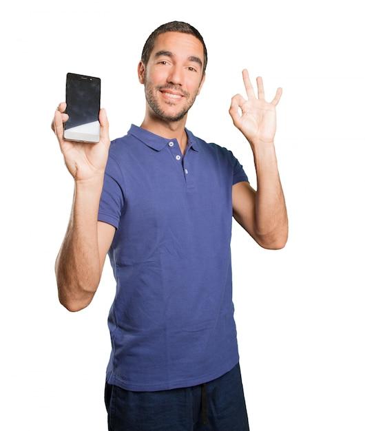Felice Giovane Uomo Utilizzando Un Telefono Cellulare Su Sfondo