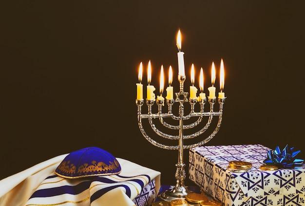 Felice hanukkah della festa ebraica hanukkah con menorah Foto Premium